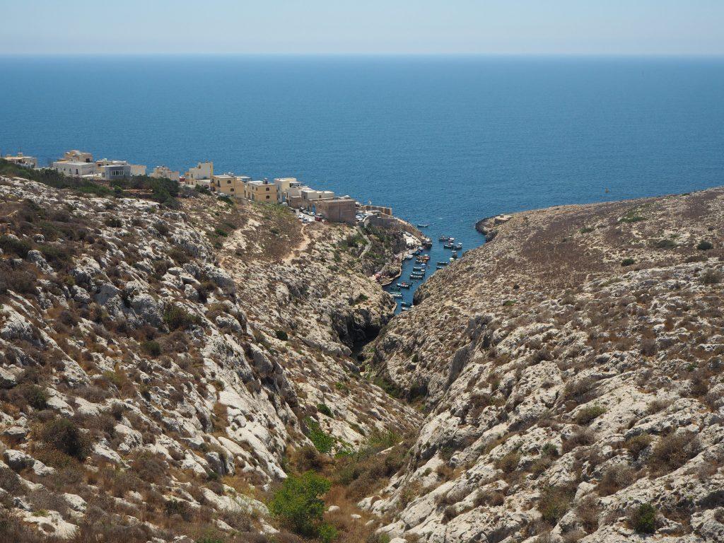 道路からは青の洞門のボート乗り場が見える