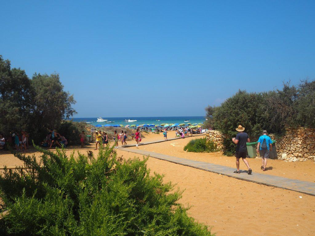 ラムラ湾(Ramla Bay)の赤砂のビーチ