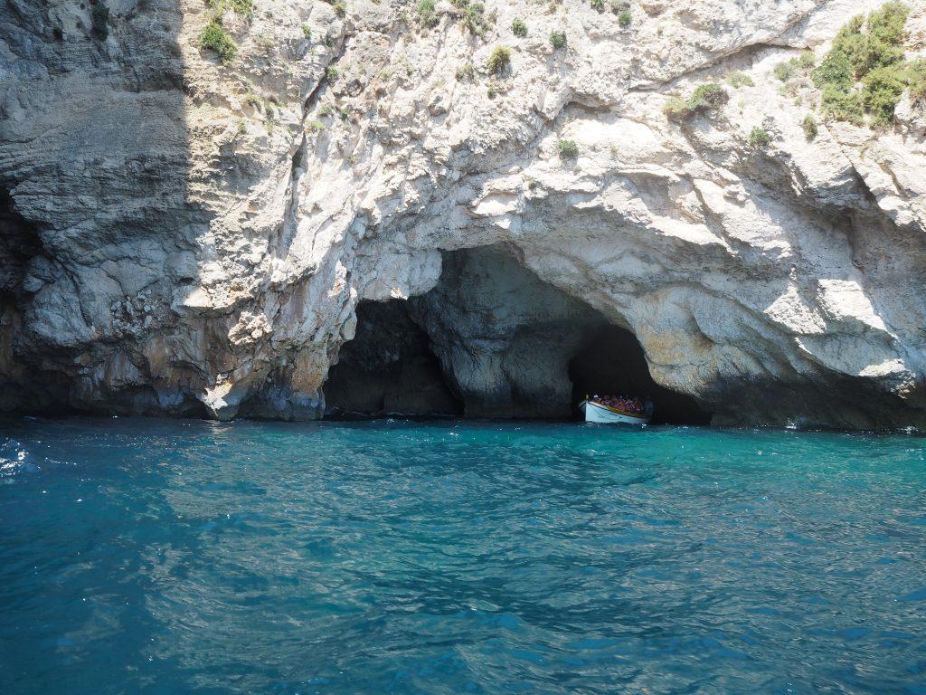 数多くの洞窟がある