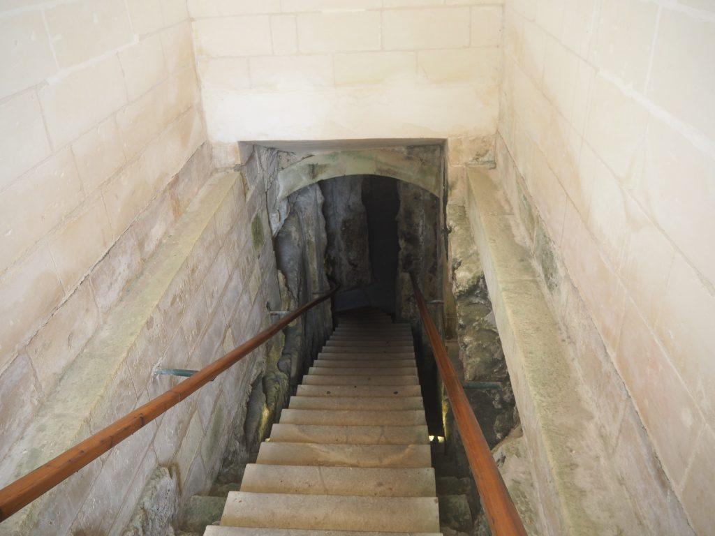 階段を降りて地下墓地へ