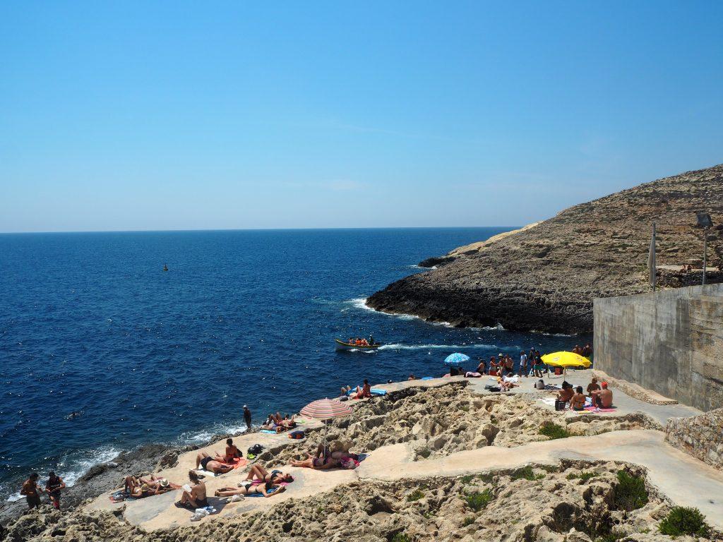 岩場の海水浴場がある。泳ぐ人も多いようだ