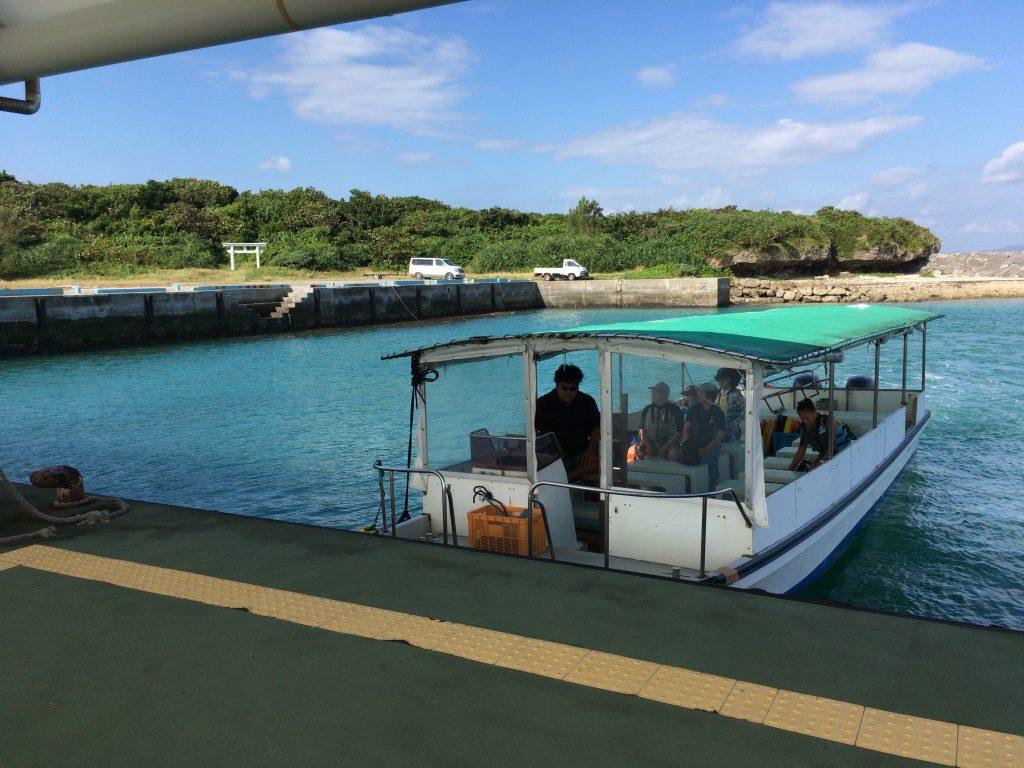黒島港でボートに乗り込む