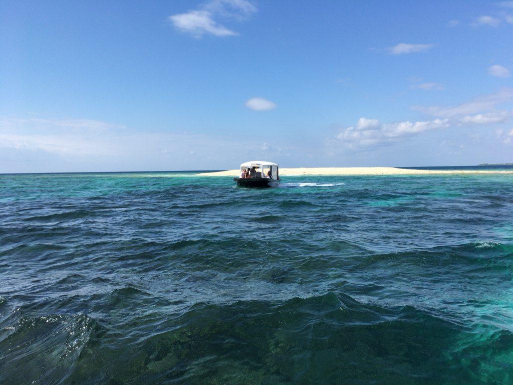 海に浮かぶサンゴでできた白い島