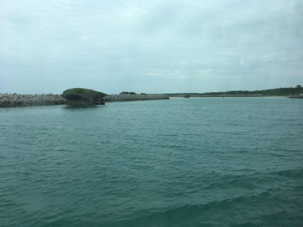 フェリーから黒島港を望む