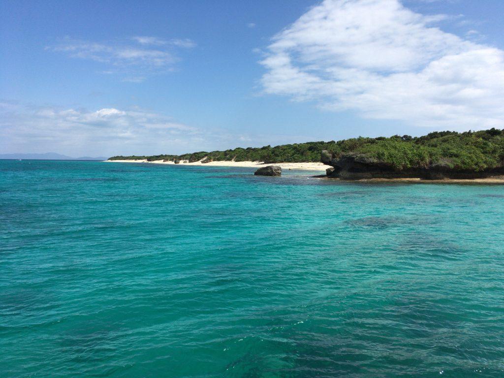 ボートから新城島を望む
