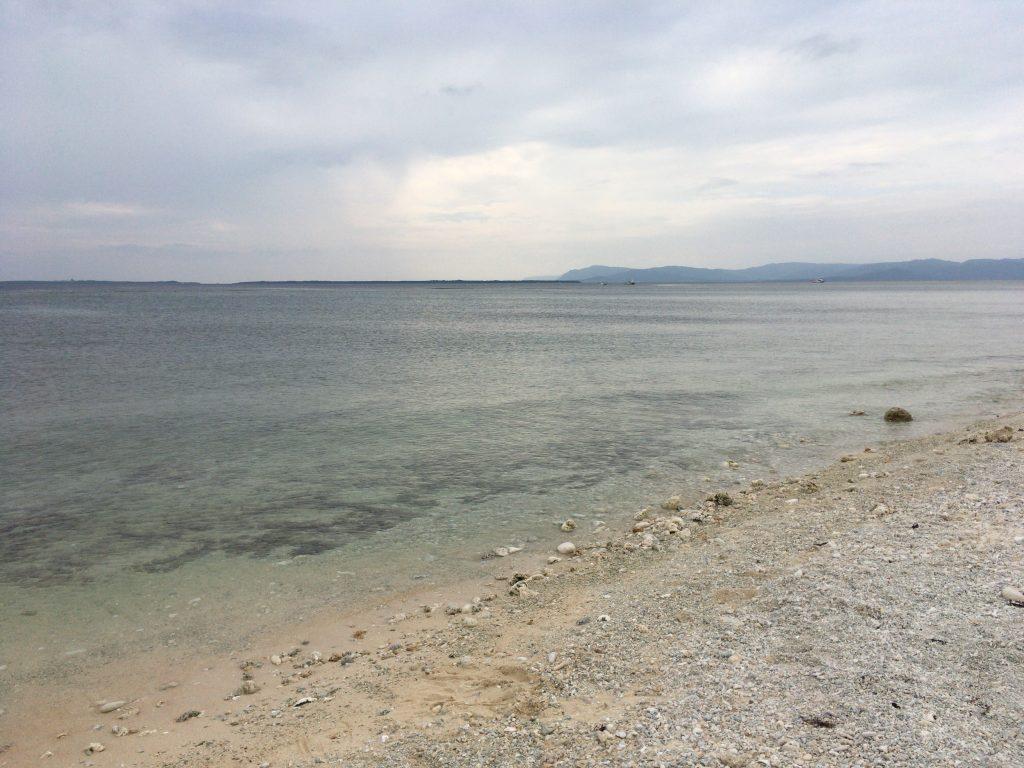 遠浅の海が広がる仲本海岸。潮が引くと外海の手前まで歩いて行けるようだ