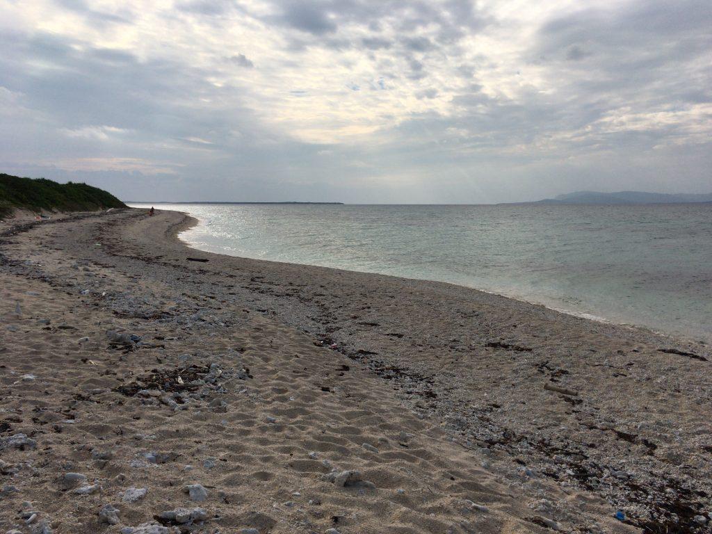 西の浜。大きな砂浜が広がる
