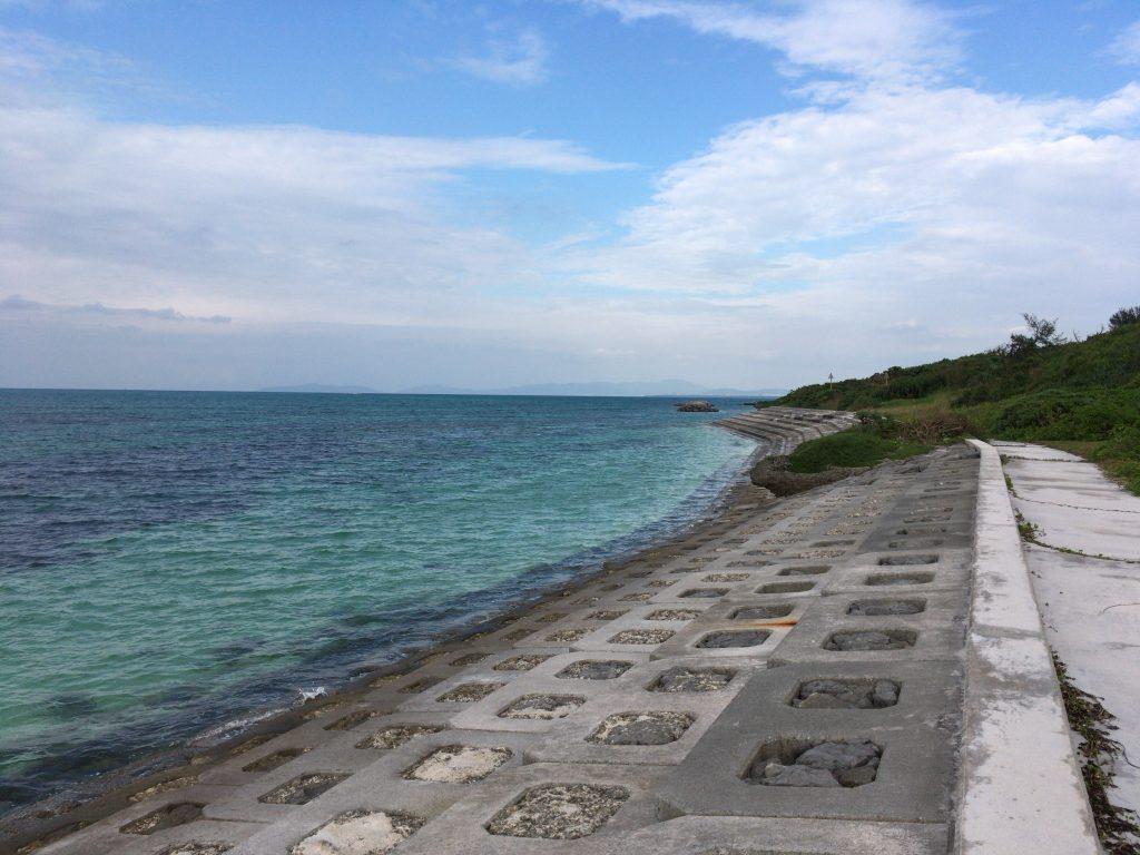 西の浜の北側。海が澄んでいる
