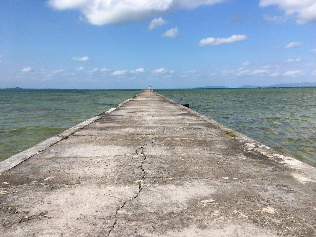 海に向かって一直線に伸びる伊古桟橋