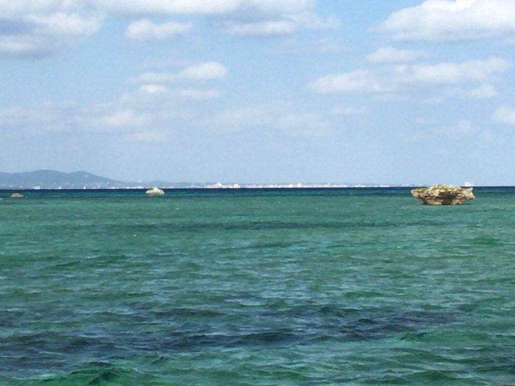 伊古桟橋から石垣島のビル群を望む