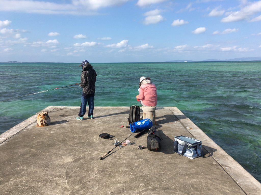 桟橋の先端では地元の人たちが釣りをしていた