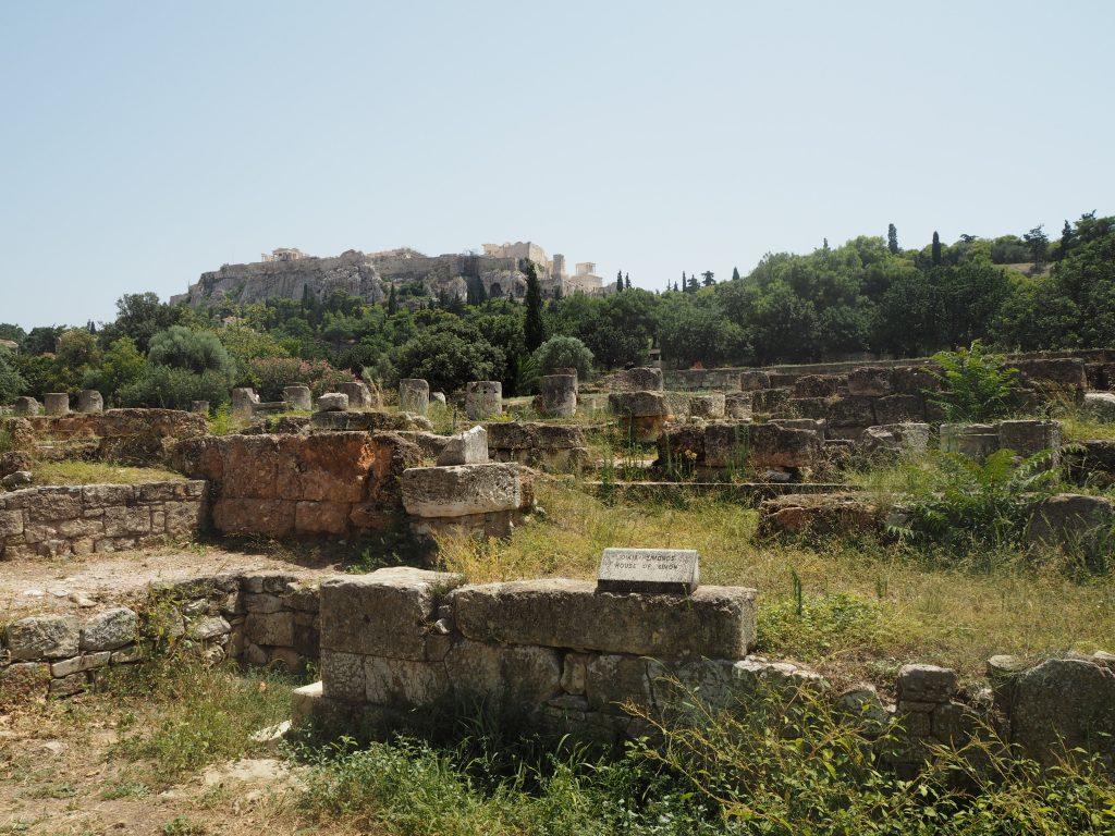 古代アゴラ。奥にはアクロポリスが見える