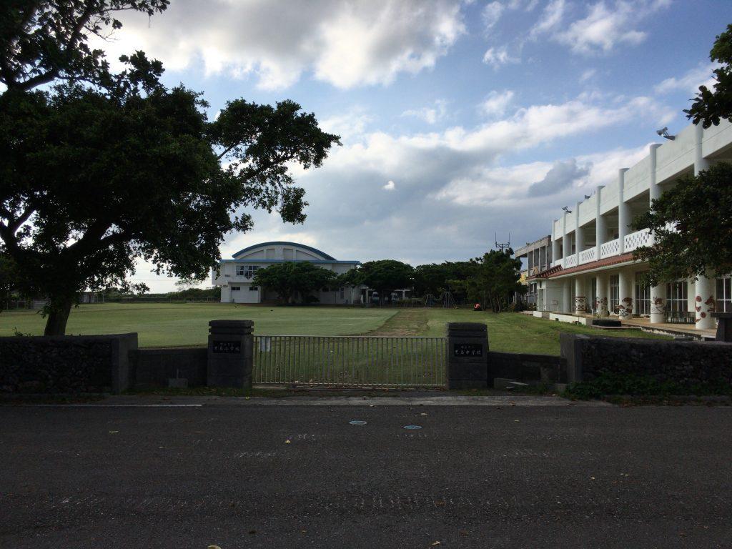 展望台の近くには黒島小中学校がある