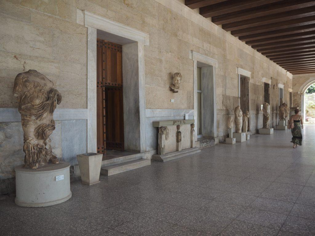大理石の像が立ち並ぶ