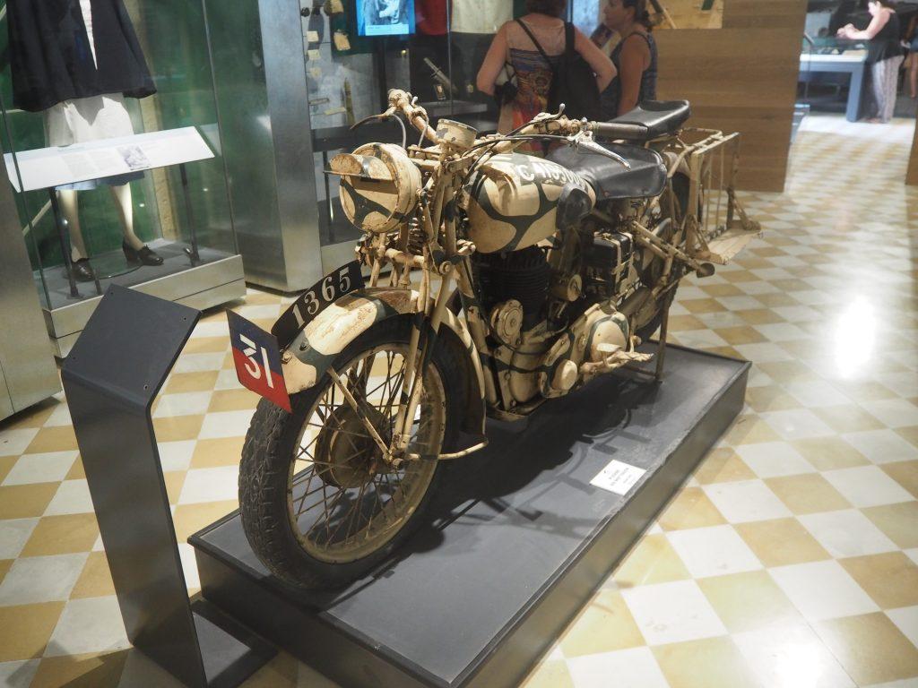 味のあるバイクが展示されている