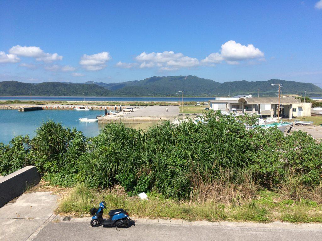 マンタ展望台から細崎漁港を望む。奥に見えるのは西表島