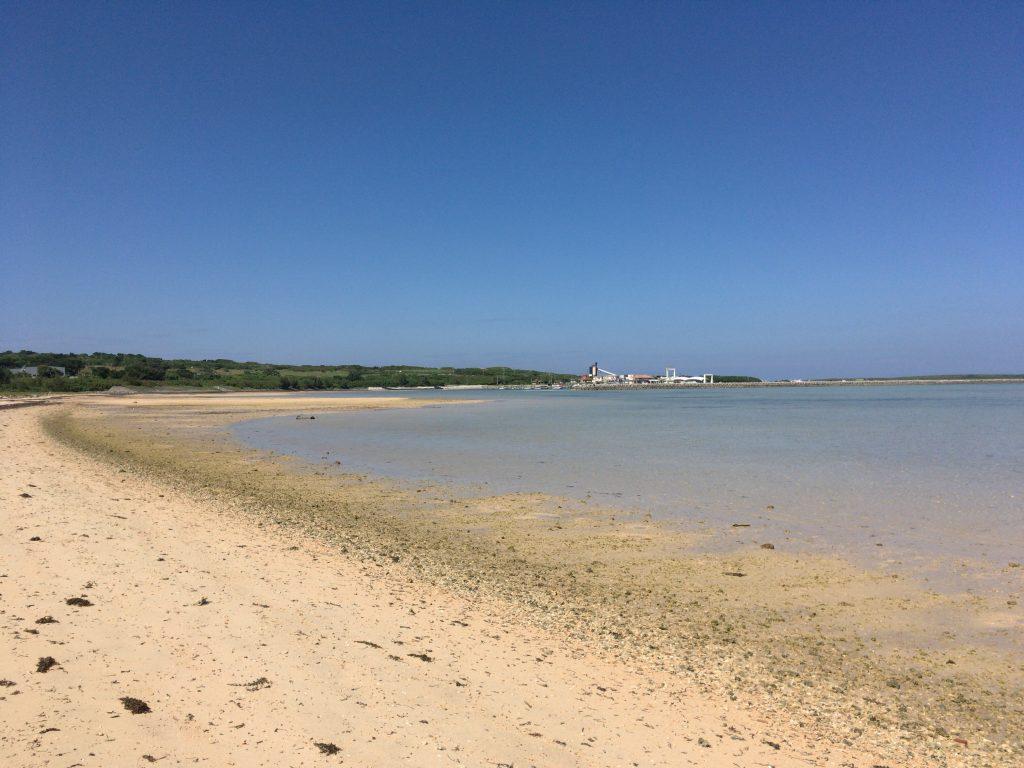 静かなトゥマールビーチ。奥に見えるのが小浜港