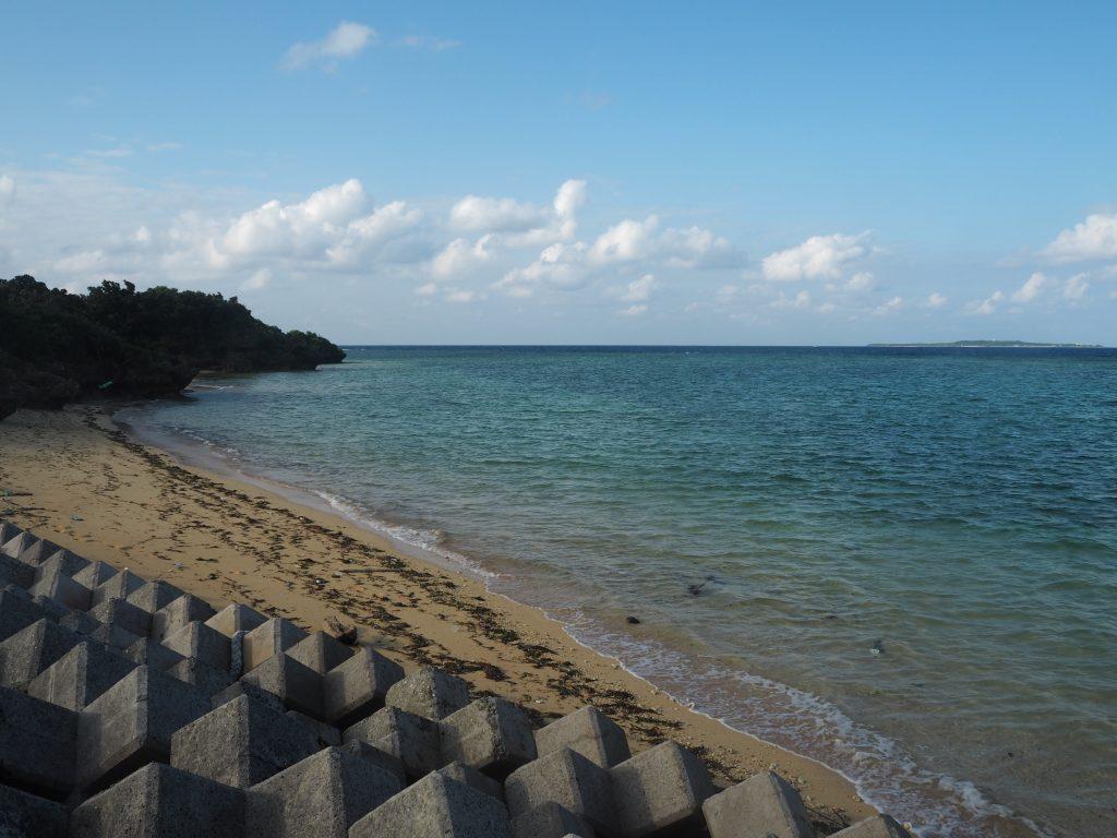 まるまビーチ。右奥に見えるのは鳩間島