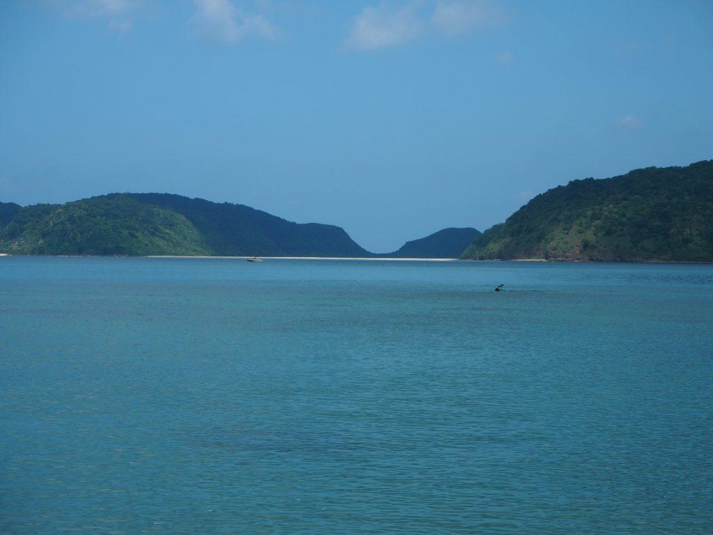 対岸に見える白い砂浜