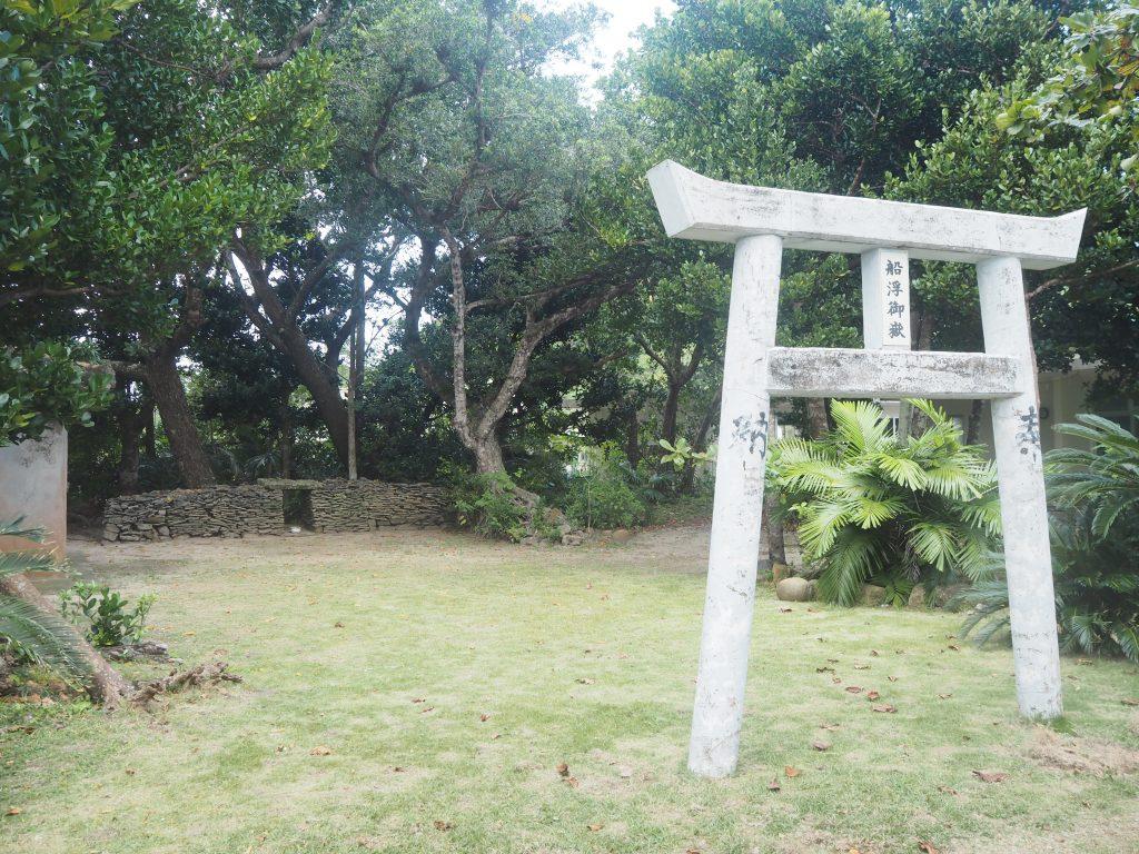 鳥居が立派な船浮御嶽(うたき)