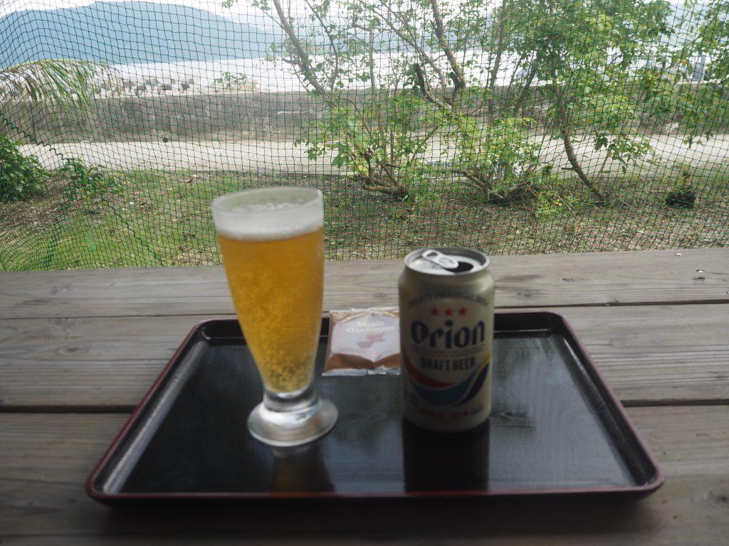海を眺めながらオリオンビールをいただく