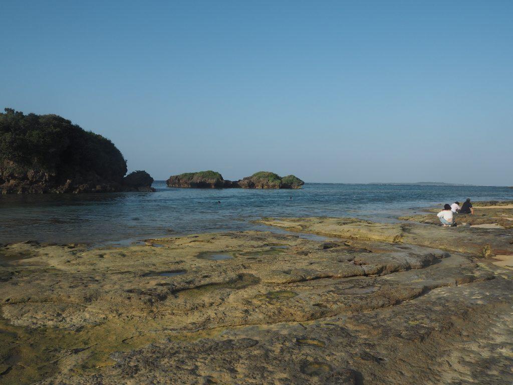 岩場の多いビーチである