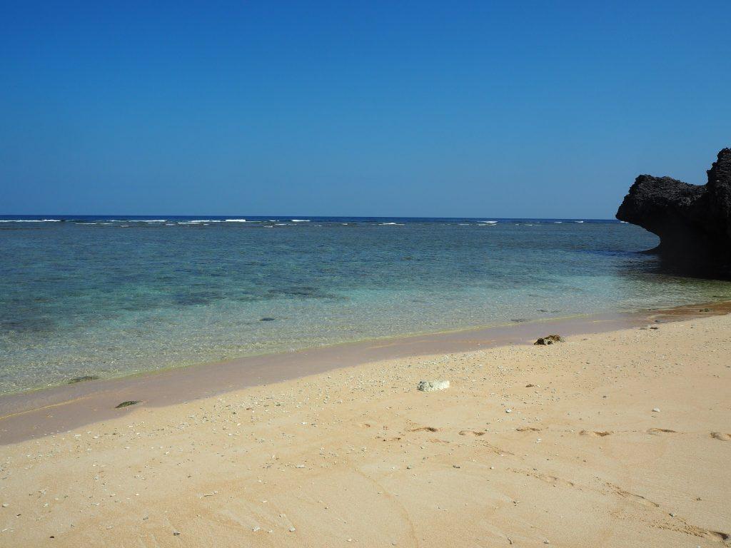 小さな岩場に囲まれた島仲浜