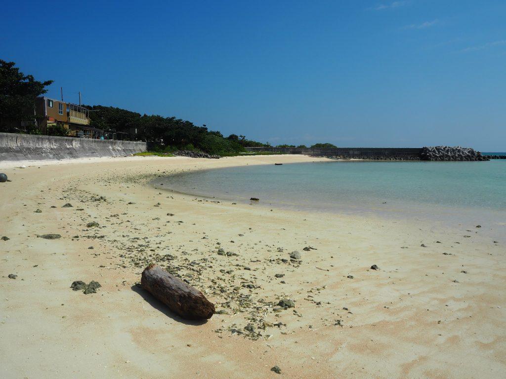前の浜。ここから見る海も透明度が高くて美しい
