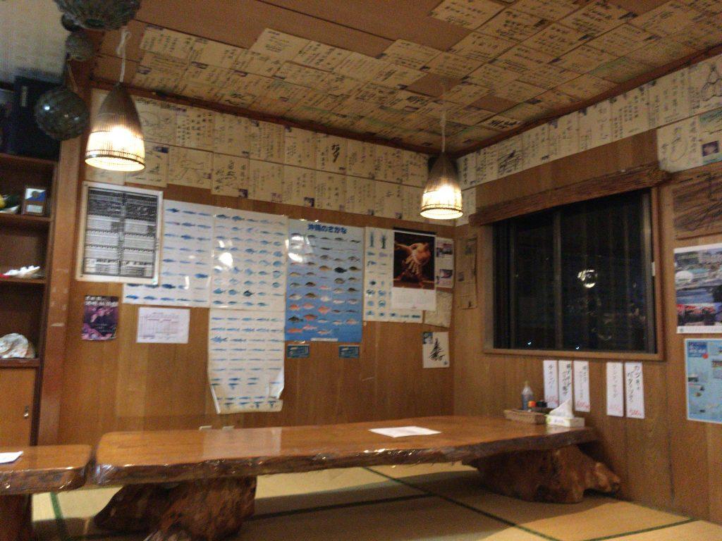 「ビアガーデン国境」の店内。座敷に木のテーブルが落ち着く