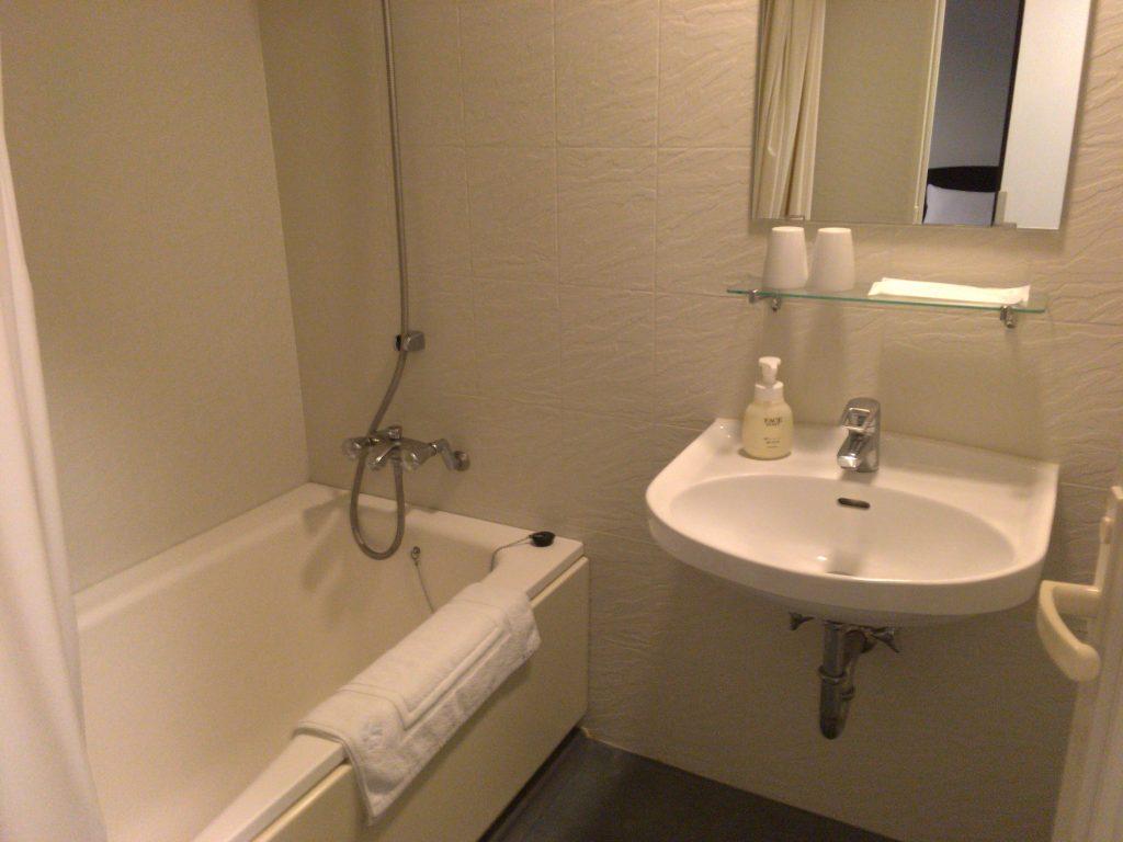 バスタブ付きのシャワールーム。アメニティ類も豊富だ
