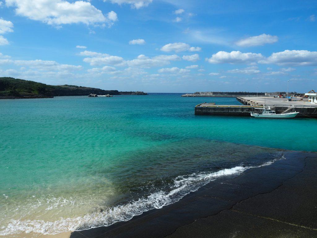祖納港。さすがに海の透明度は高い