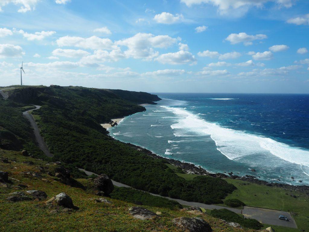 波が打ち寄せる海岸線が美しい