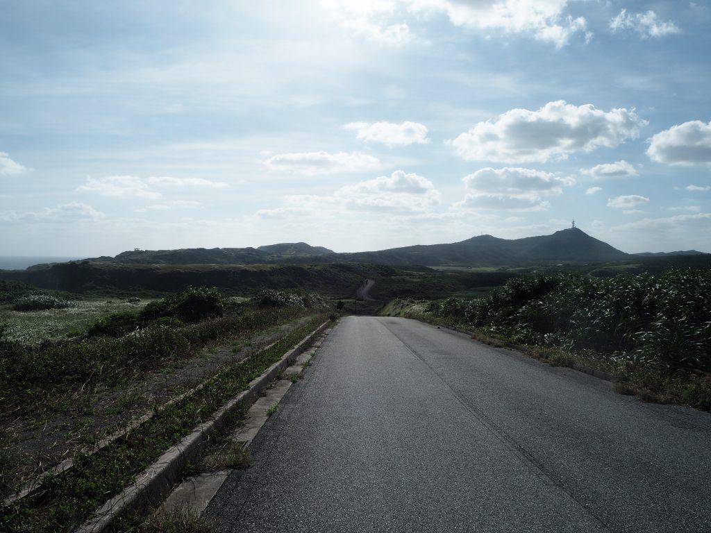 与那国島の一周道路を歩く