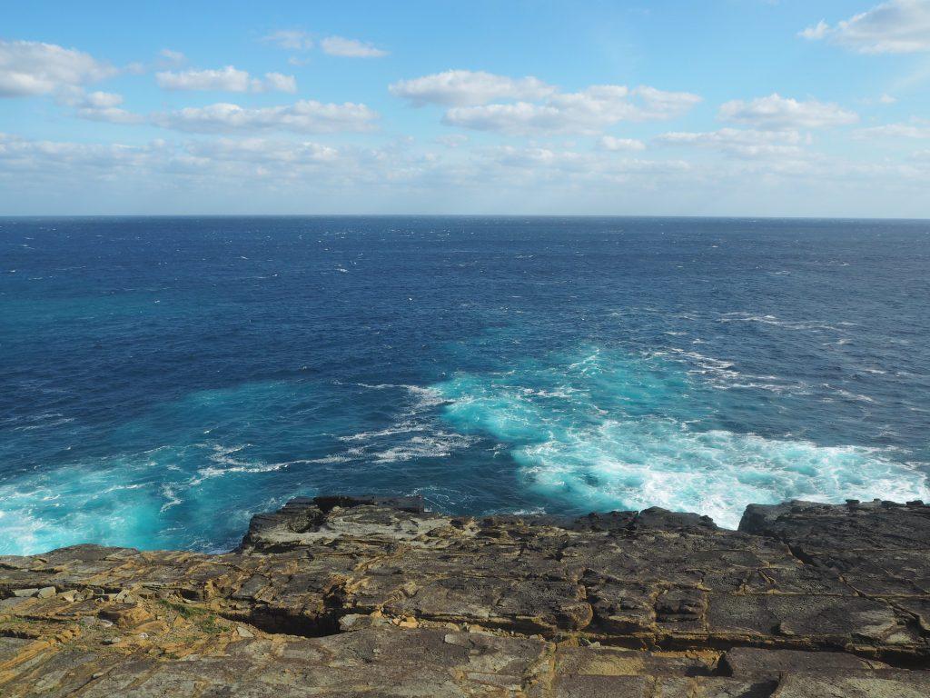 サンニヌ台からの景色。断崖絶壁の海は日本海を思わせる