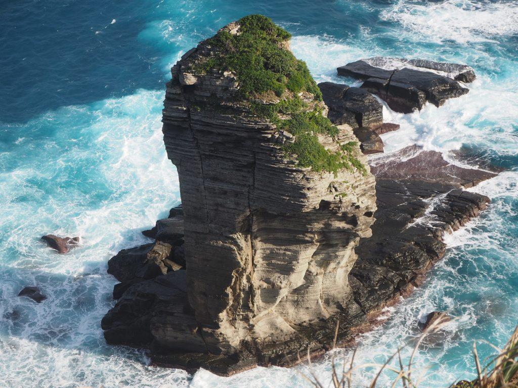 荒海にそそり立つ奇岩である