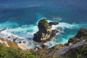 立神岩。周囲の海の色が美しい