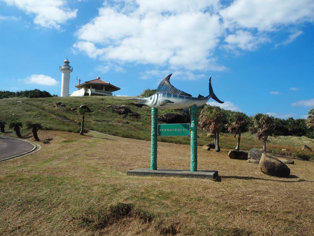 西崎。灯台と東屋が見える
