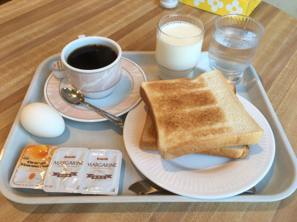 「先島ビジネスホテル」の朝食。ゆで卵は一人一個まで