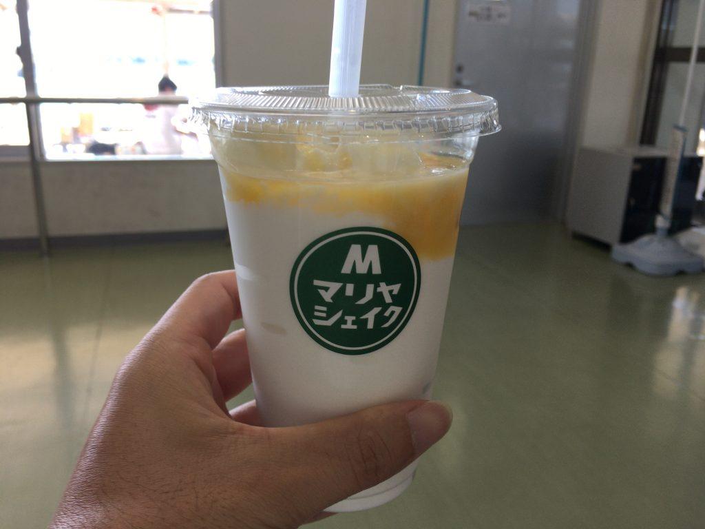 プレーン+マンゴーソースのマリヤシェイク。Mサイズでもでかい