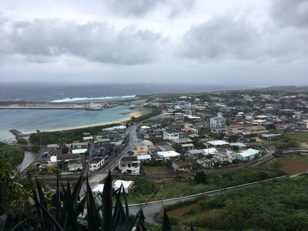 ティンダバナからの風景。台風が来ているので天気が悪い