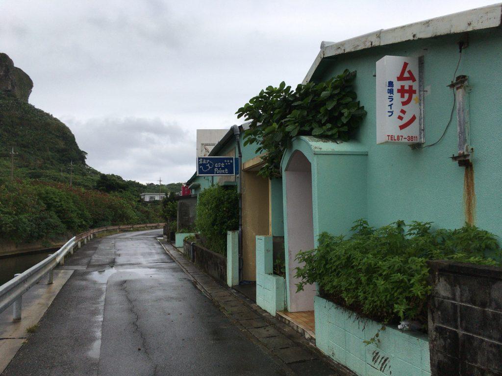 田原川(たばるがわ)沿いにある与那国島一の繁華街(笑)