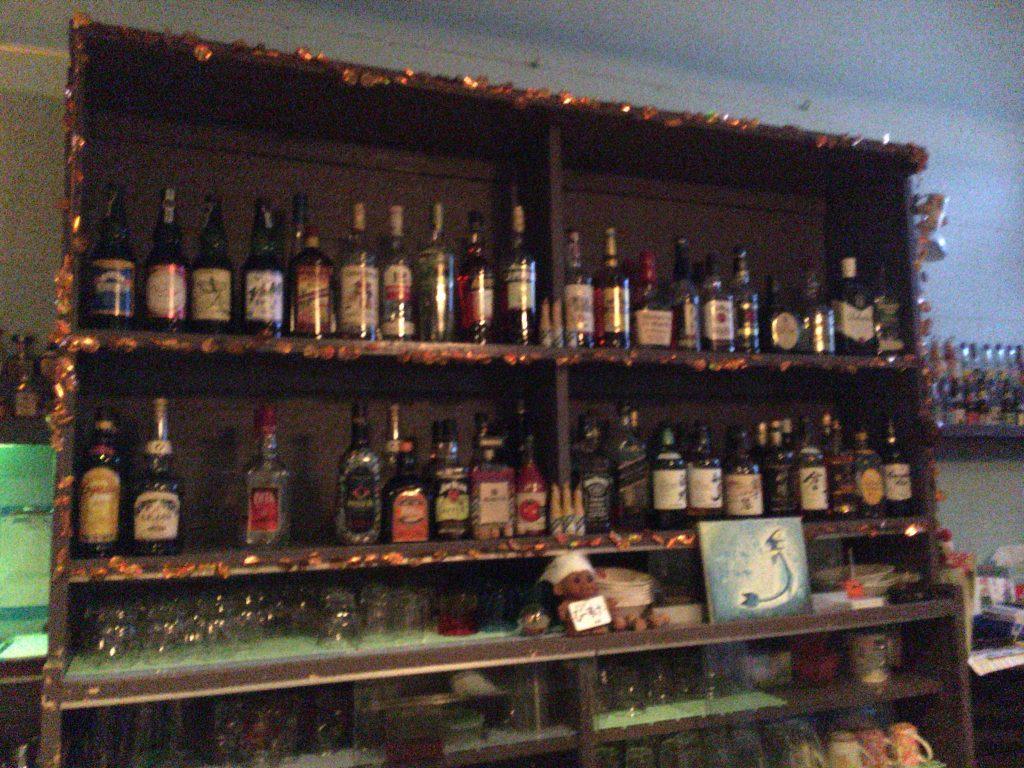 お酒が並ぶバーカウンター