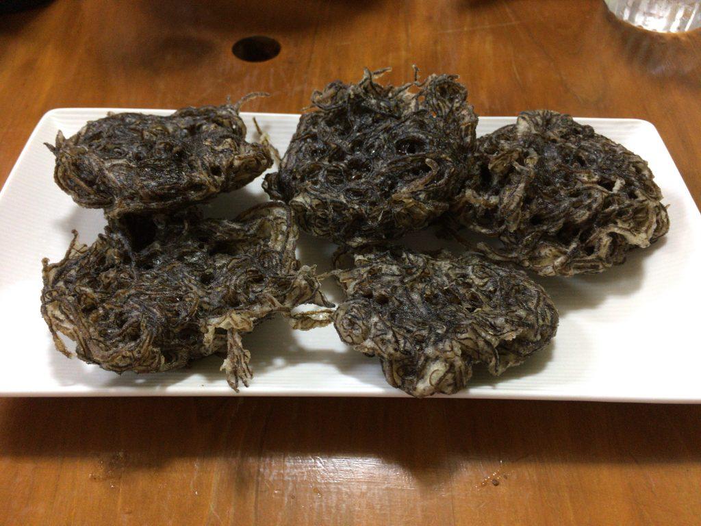 もずくの天ぷら。沖縄の居酒屋の定番メニューである