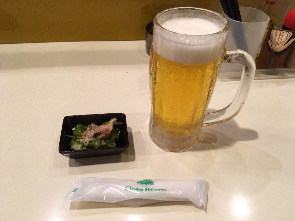 まずはお決まりの生ビールをいただく。お通しのオクラと共に
