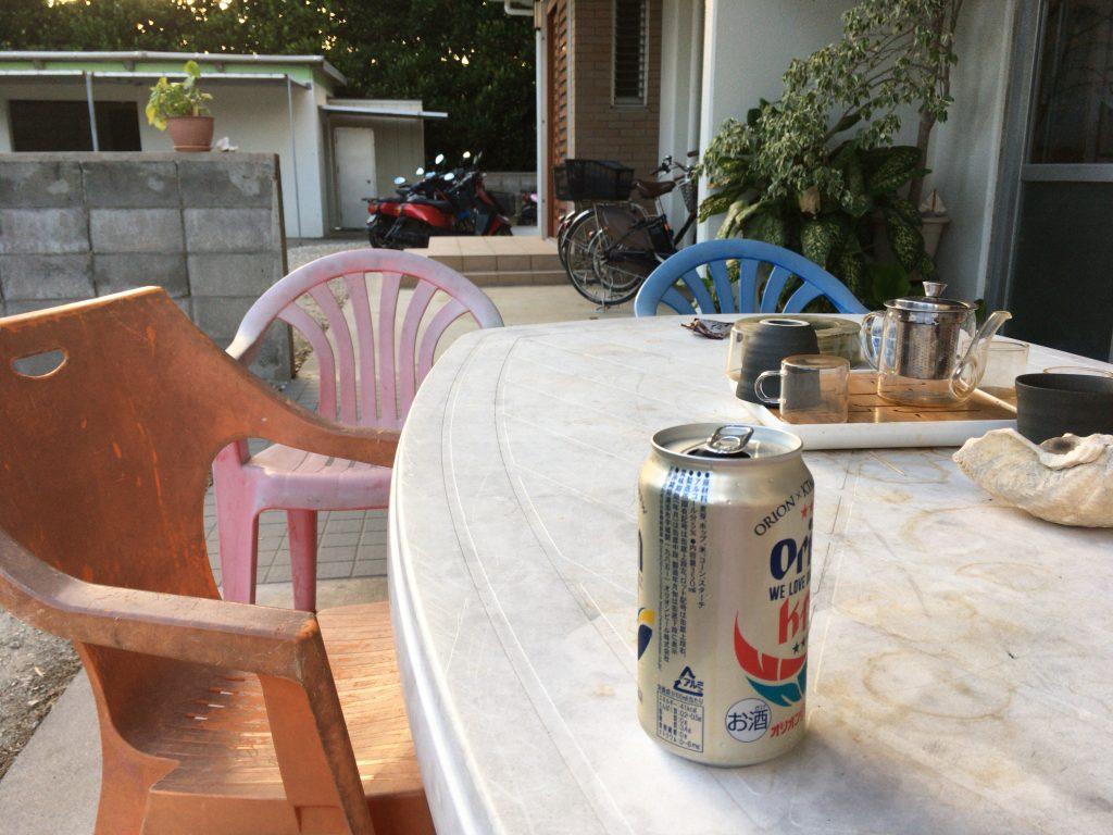 ホテル前のテーブル。離島気分に浸ることができるお気に入りのスペースだ