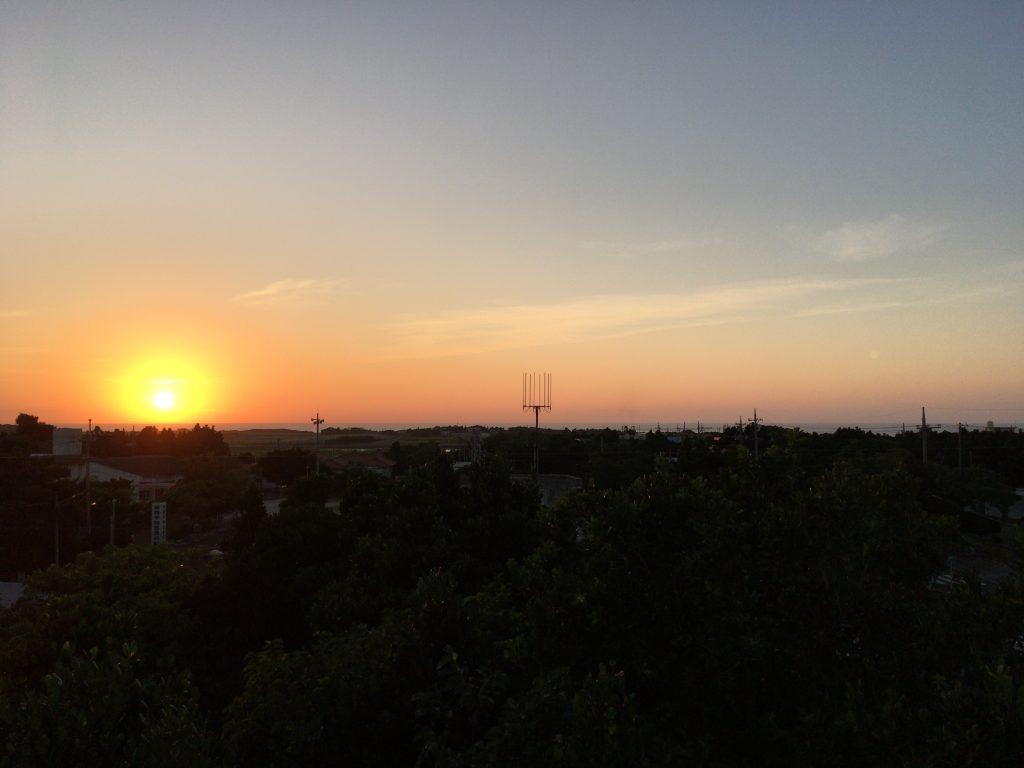 「ホテルオーシャンズ」の屋上から見るサンセット