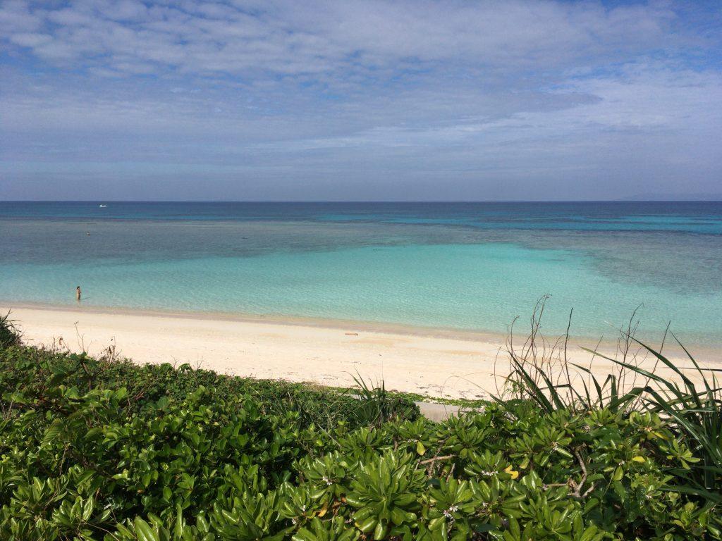 青のグラデーションが特徴的なニシ浜