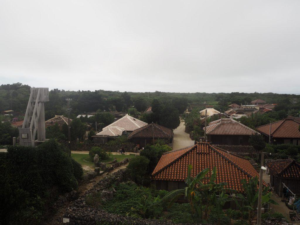 あかやま展望台からはなごみの塔と竹富島の集落が見渡せる