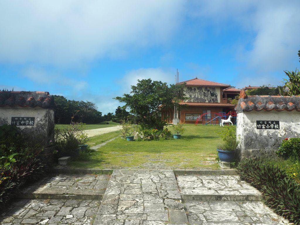 竹富小中学校。小さな離島で一番立派な建物と言えば学校である