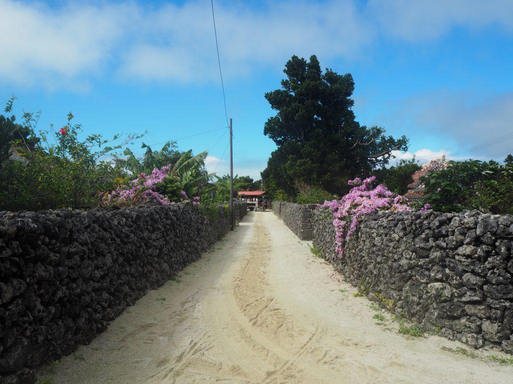 琉球石灰岩の石垣と白砂の道が印象的